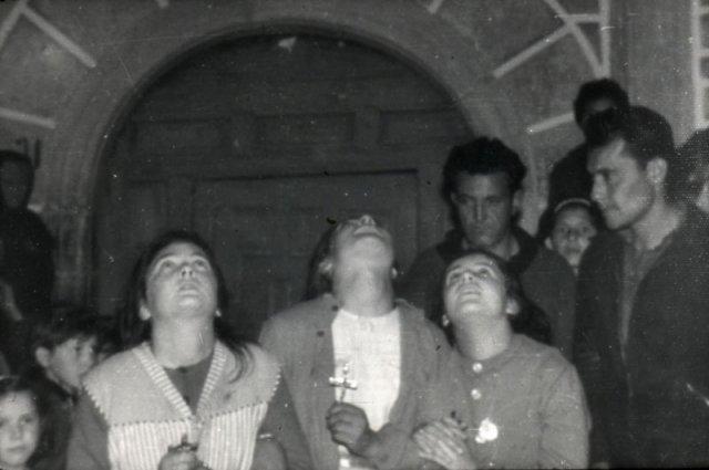 Loli, Conchita e Jacinta. No fundo, a igreja.