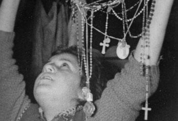 Mari Loli em êxtase apresentando rosários a Nossa Senhora
